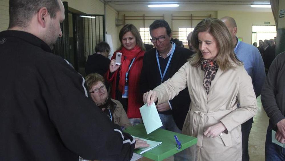 Fátima Bañez ejerciendo su derecho al voto