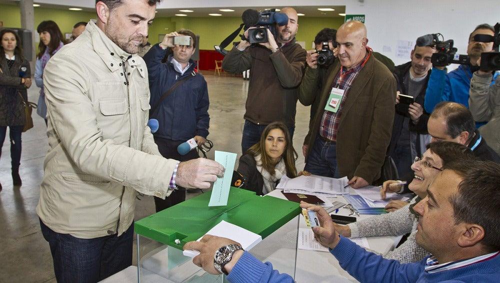 El candidato de IU a la Presidencia de la Junta de Andalucía, Antonio Maillo, vota en Aracena