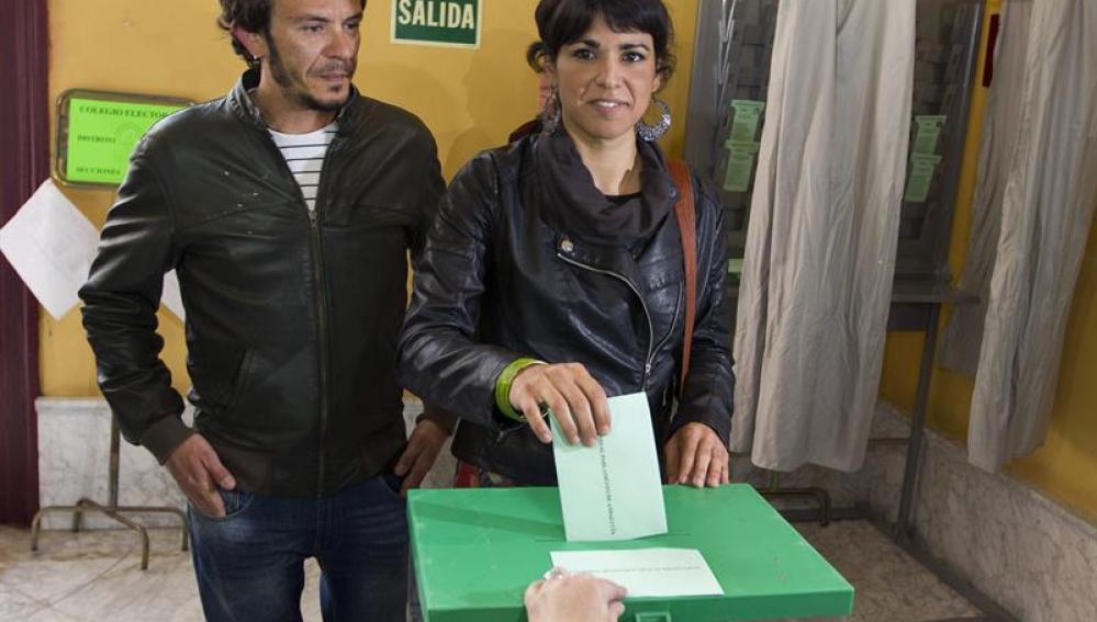 La candidata de Podemos a la Junta de Andalucía, Teresa Rodríguez, ejerce su derecho al voto