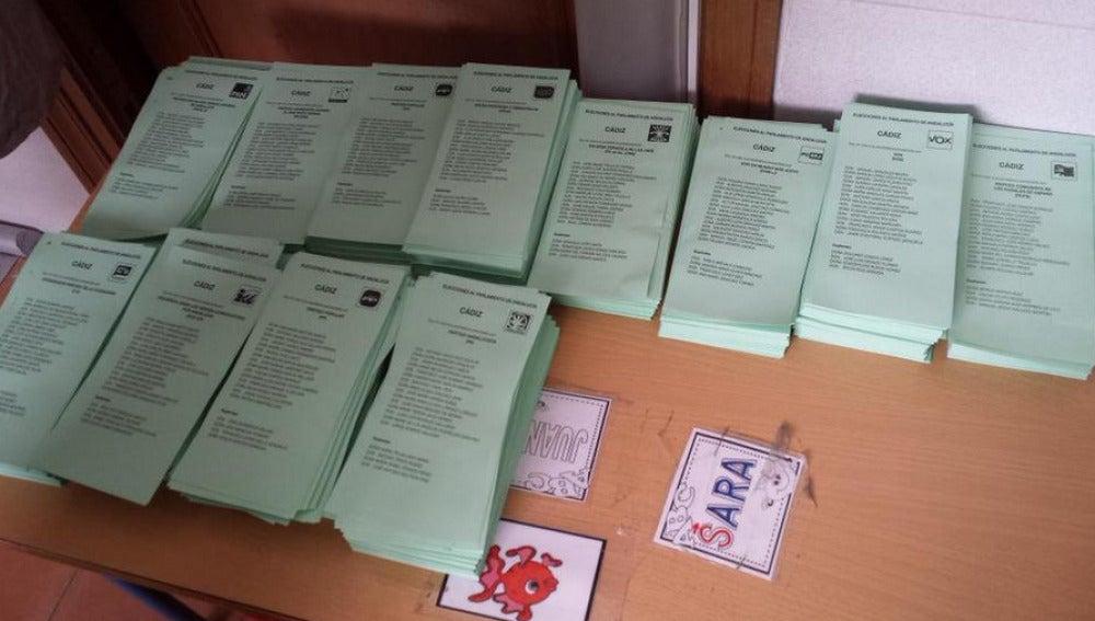 Imagen de un tuitero que denuncia que se están escondiendo las papeletas de Podemos