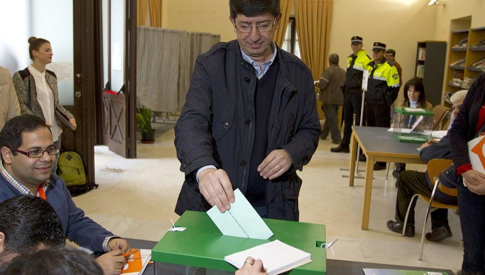 El candidato de Ciudadanos, Juan Marín, vota en Sanlúcar de Barrameda