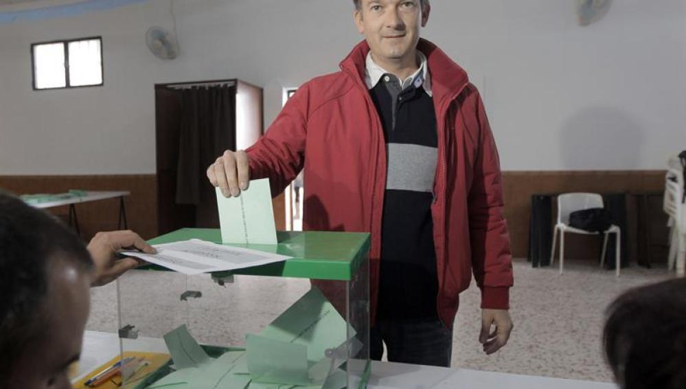 Martín de la Herrán ejerciendo su derecho a voto