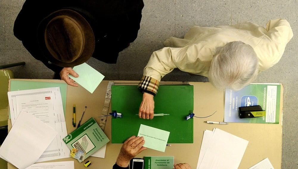 Unos ciudadanos ejercen su derecho al voto en las elecciones autonómicas para la Junta de Andalucía