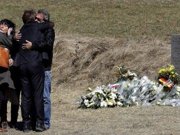 Familiares de las víctimas del accidente de avión en los Alpes franceses se abrazan