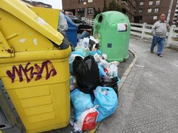 Toneladas de basura se acumulan en Getxo tras cuatro semanas de huelga