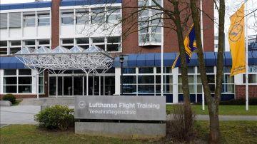 Banderas de la aerolínea Lufthansa y Germanwings ondeando a medio mástil en la Escuela de Pilotos de Lufthansa