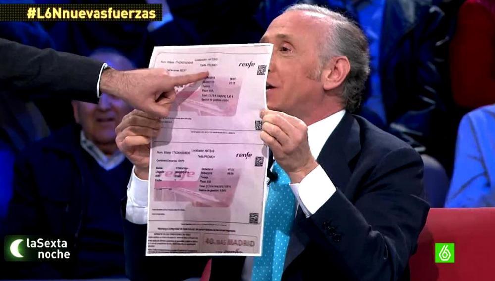 Eduardo Inda enseña un billete de AVE