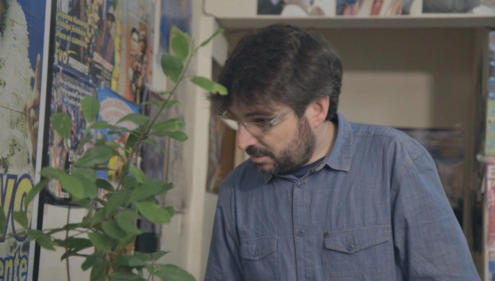 Jordi Évole observa una planta de coca