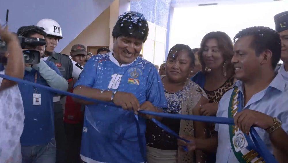 Evo Morales inaugura un polideportivo