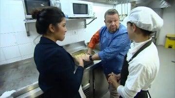 Alberto Chicote habla con las hermanas Nihad y Charifa, las propietarias de 'Karma'