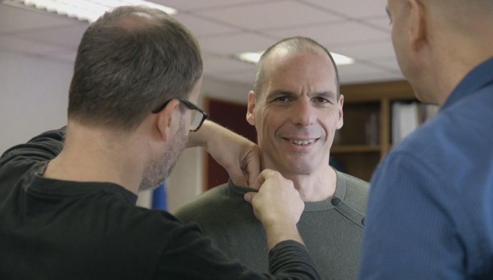 Yanis Varoufakis se prepara para la entrevista en 'Salvados'