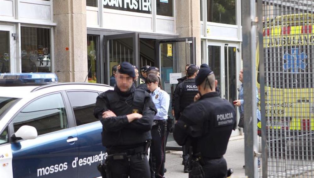La Policía Nacional a las puertas del Instituto Joan Fuster de Barcelona