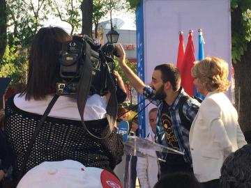 Uno de los manifestantes, ante la atenta mirada de Esperanza Aguirre