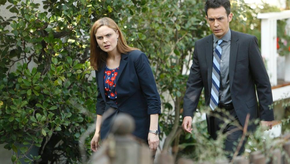 Brennan y Aubrey investigan la muerte de un profesor de Psicología, en Bones