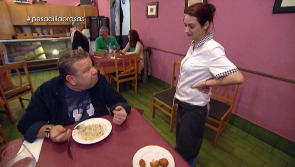 Alberto Chicote prueba el fideuá con cabrales del 'Brasas'