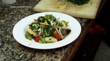 La ensalada del 'Brasas', con su propio queso fresco