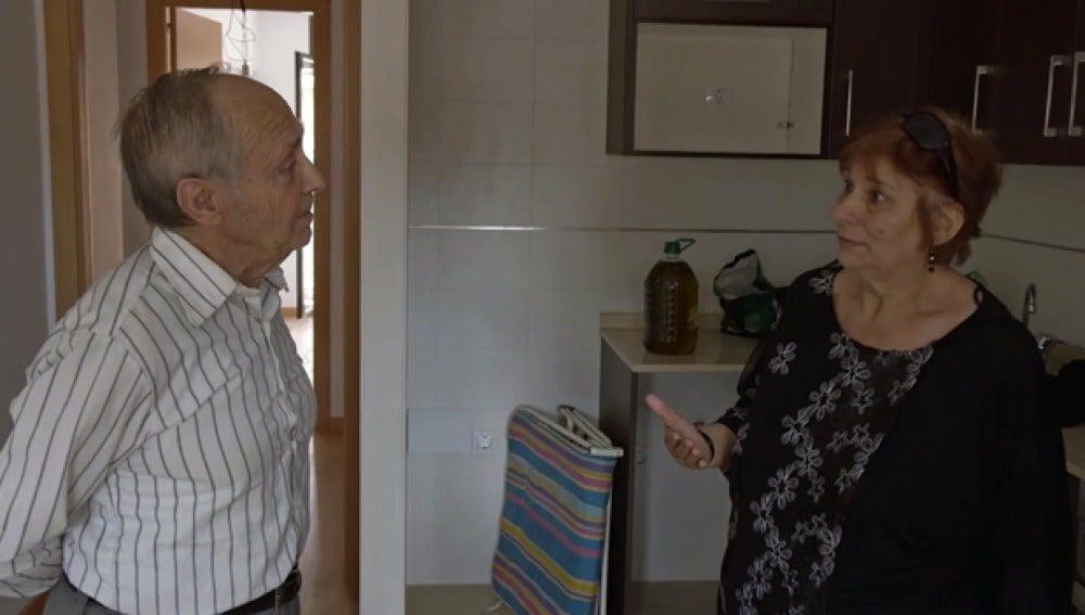 Una ocupa explica su situación a un vecino