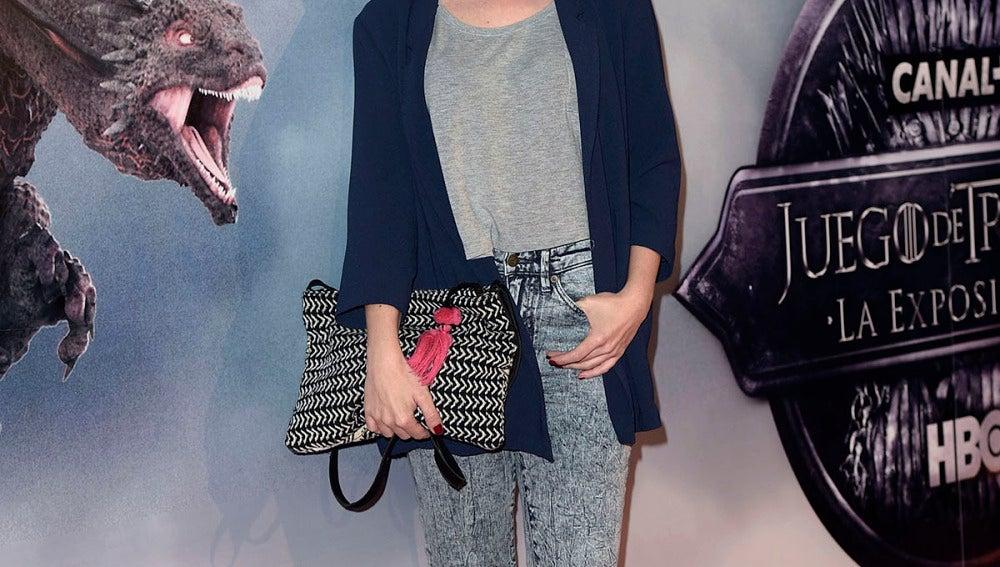 Nuria Gago, con blazer azul y maxi cartera