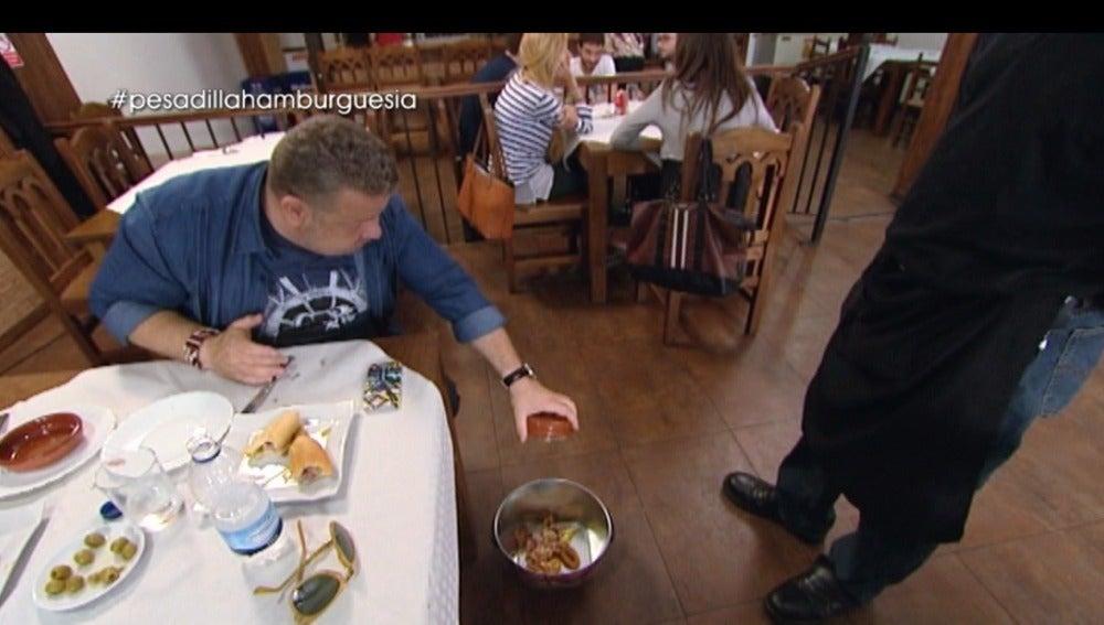 Chicote tira la comida de 'La Hamburguesía' a la basura