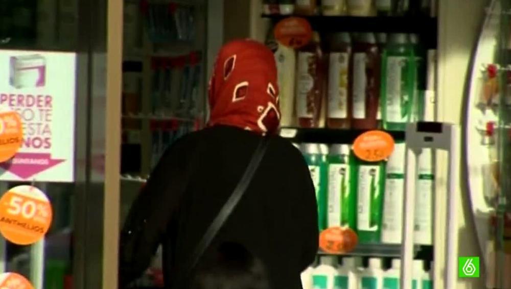 Una mujer con un pañuelo en la cabeza