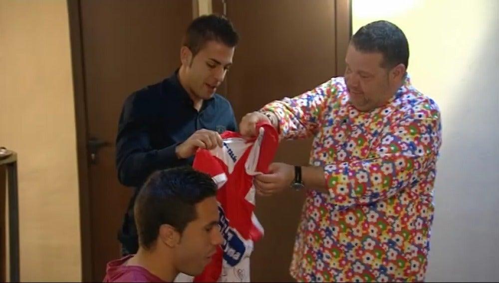 Chicote recibe una camiseta del Alcoyano