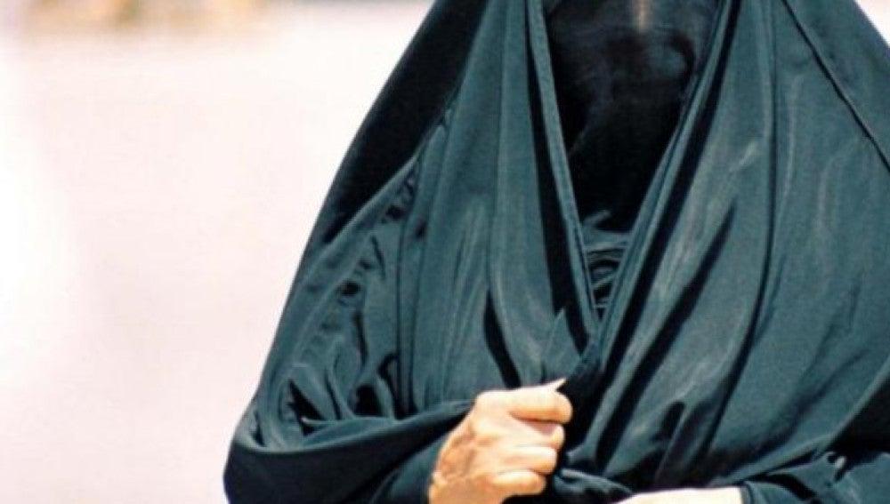 Una mujer lleva un burka
