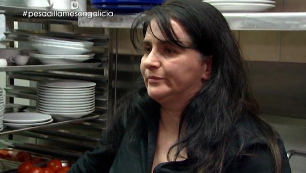 Raquel le cuenta la situación del 'Mesón Galicia' a Chicote