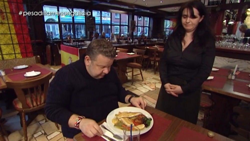 Raquel sirve la comida a Alberto Chicote