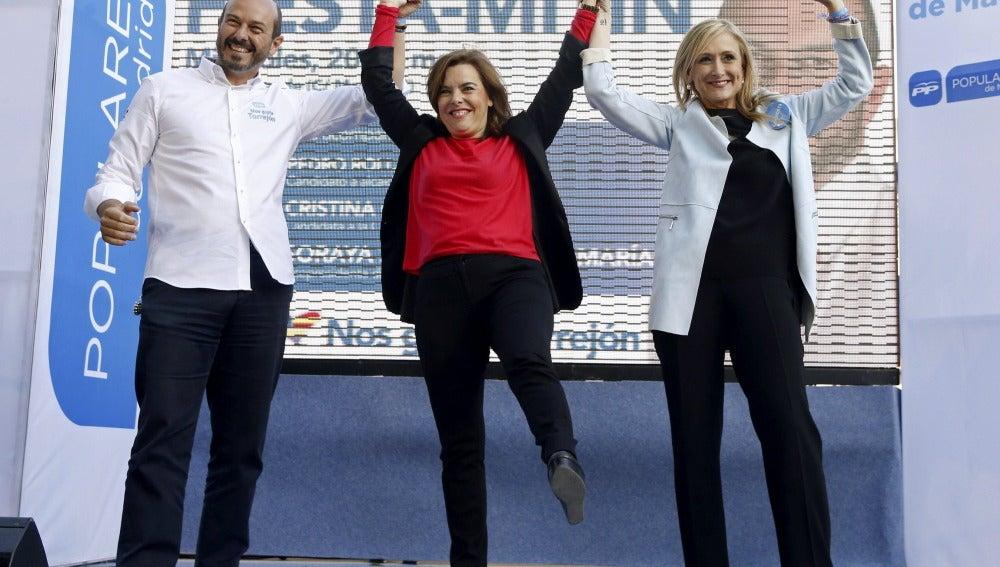 La vicepresidenta del Gobierno, Soraya Sáenz de Santamaría junto a Cristina Cifuentes y Pedro Rollán