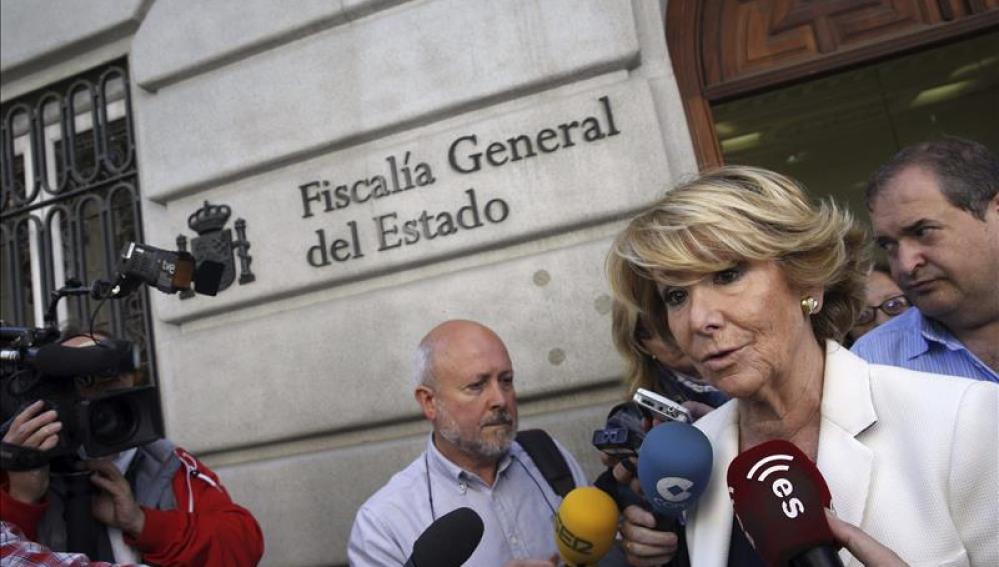 Esperanza Aguirre habla con los medios de comunicación