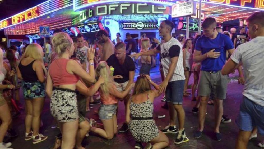 Jóvenes de fiesta en Magaluf