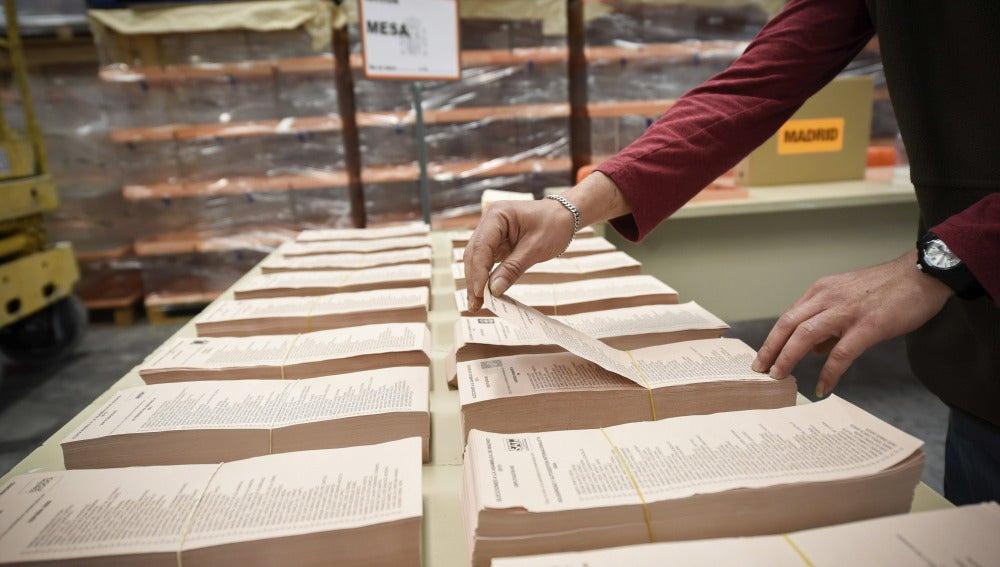 Un operario trabaja con las papeletas del 24-M