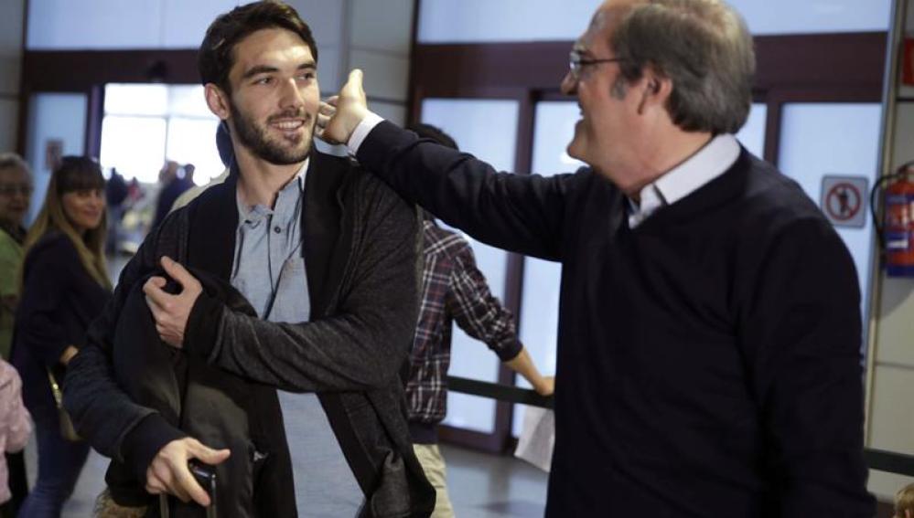 Angel Gabilondo en Barajas para recoger a su hijo Hugo