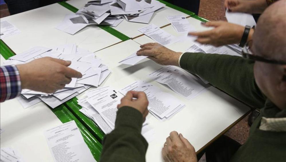 Los miembros de una mesa electoral en un colegio