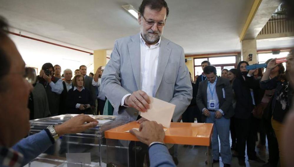 Mariano Rajoy vota en las elecciones del 24M en el colegio elecotral Bernardette de Aravaca, en Madrid