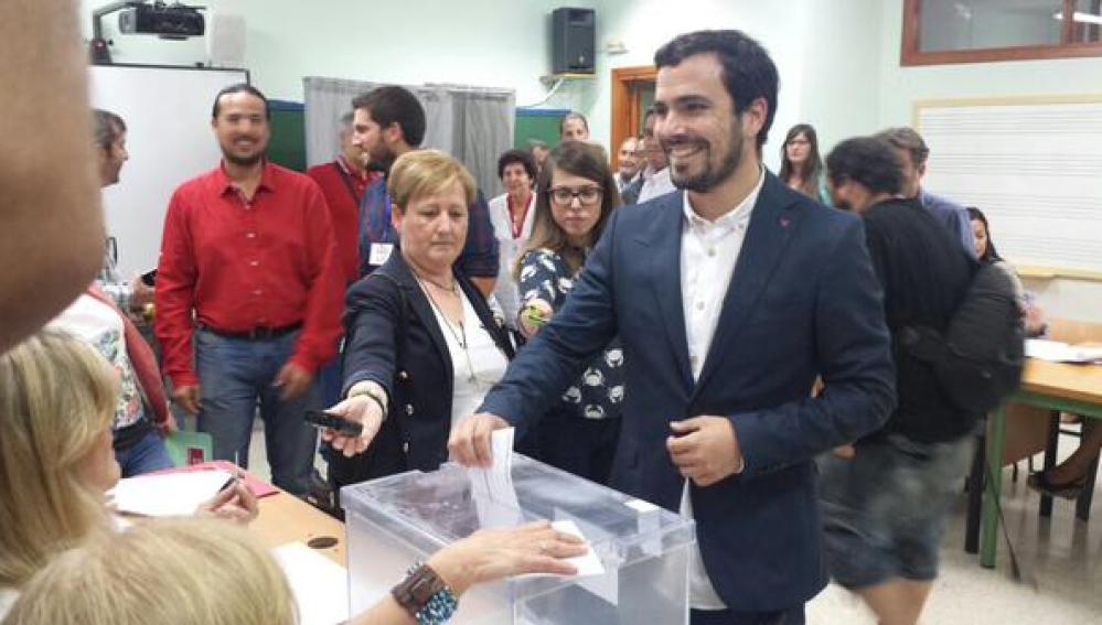 Alberto Garzón (IU) deposita su voto