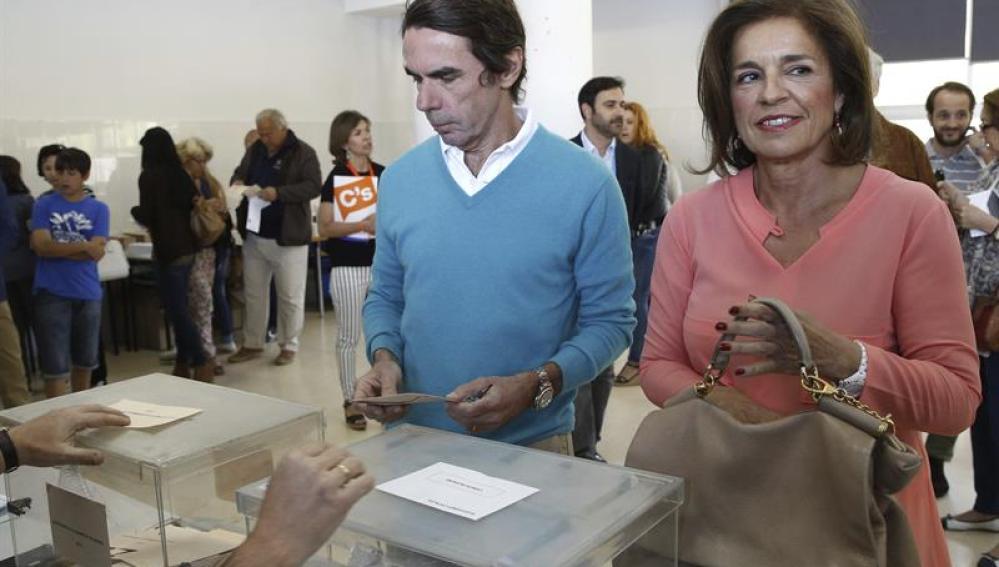 Aznar y Ana Botella ejercen su derecho al voto durante el 24M