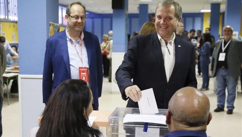 Antonio Miguel Carmona, deposita su voto para las elecciones del 24M