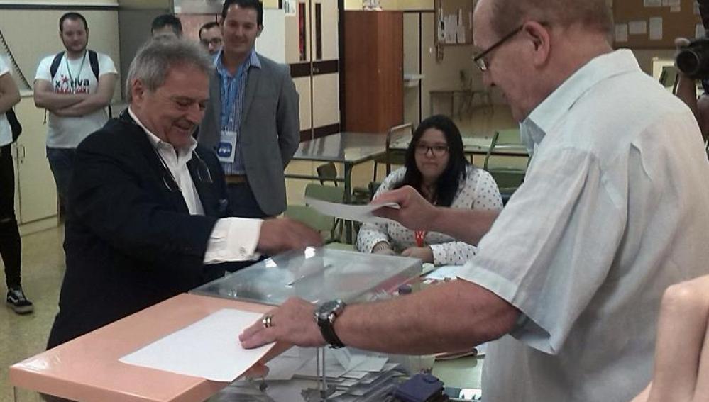 Alfonso Rus, ejerce su derecho al voto en Xátiva