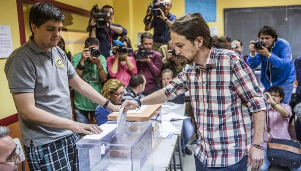 El secretario general de Podemos, Pablo Iglesias, deposita su voto