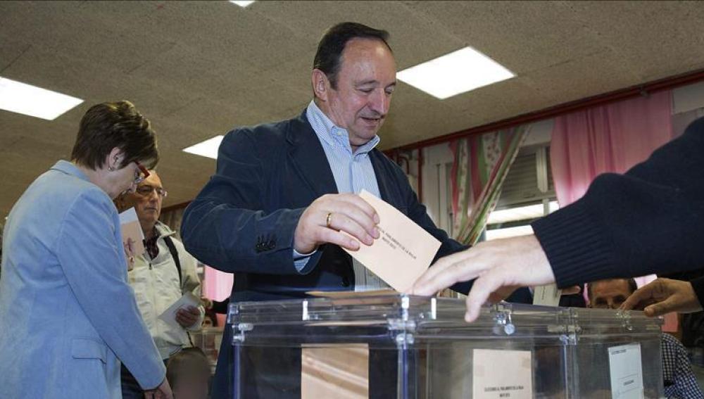 Pedro Sanz, candidato del PP en La Rioja, votando