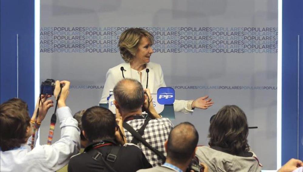 Esperanza Aguirre habla ante los medios