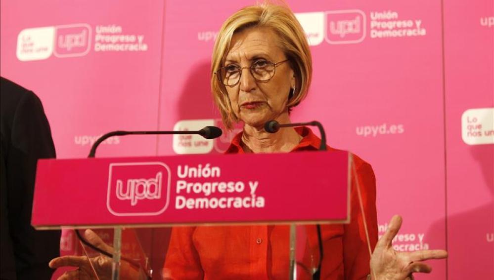 Rosa Díez habla ante los medios