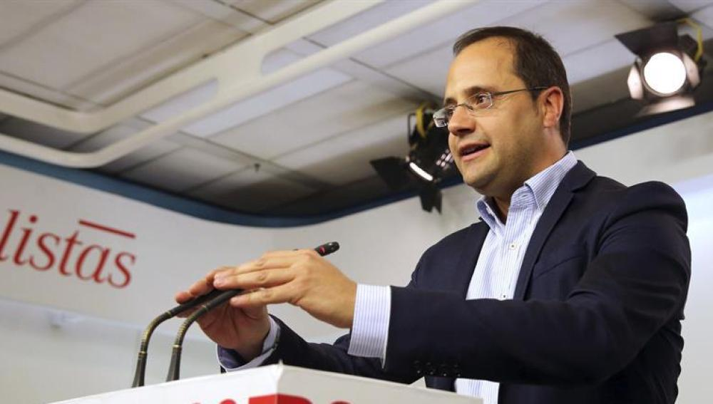 César Luena habla ante los medios en Ferraz