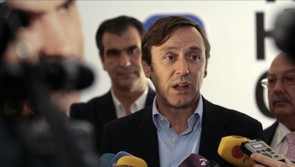 Rafael Hernando habla ante los medios