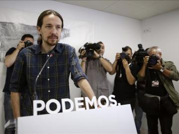 Pablo Iglesias antes de hablar ante los medios