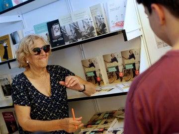 La número uno de Ahora Madrid, Manuela Carmena, ha firmado esta mañana en la Feria del Libro numerosos ejemplares de 'Por qué las cosas pueden ser diferentes.