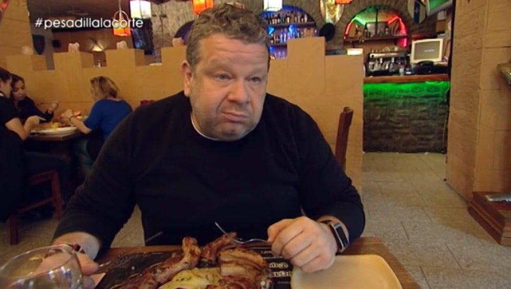 Alberto Chicote prueba la parrillada de carne
