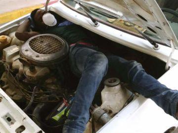 Inmigrante en el interior del motor de un coche (Archivo)
