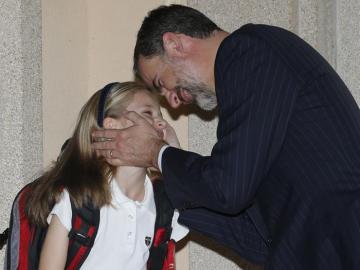 El Rey en un gesto cariñoso con su hija
